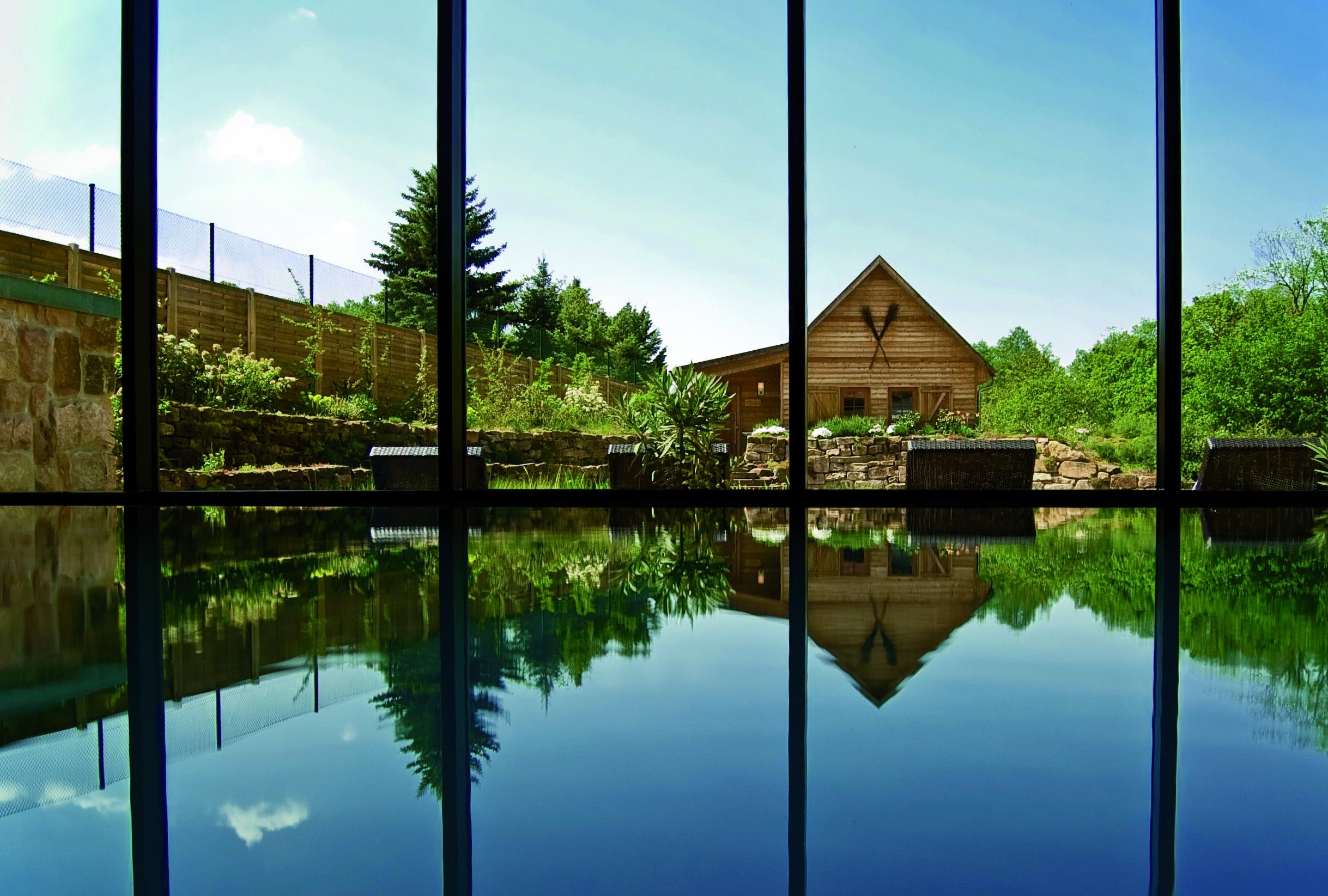 Blick aus dem Schwimmbad zur Hexensauna 1