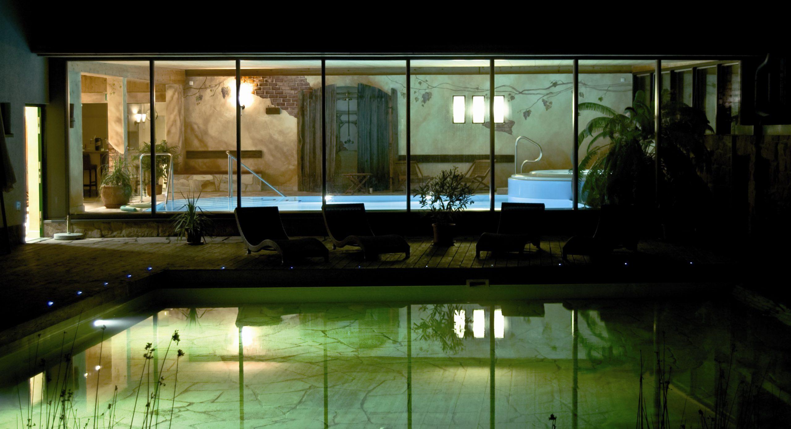 Blick von draußen ins Schwimmbad