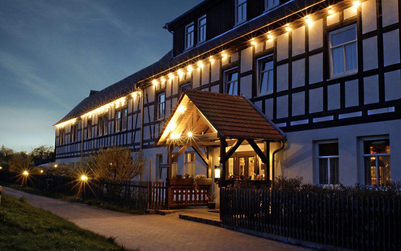 Hoteleingang-bei-Nacht