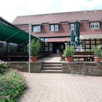 Terrasse mit Biergarten im Innenhof der Hammermühle